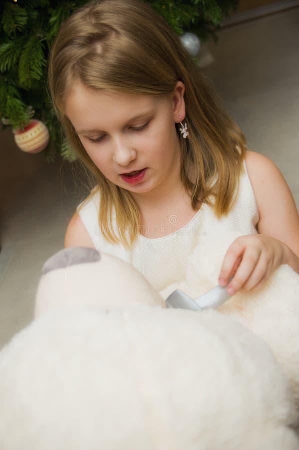 Młoda dziewczyna z dużą białą zabawką obrazy royalty free