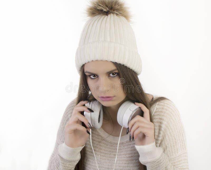 Młoda dziewczyna z hełmofonami zdjęcie royalty free