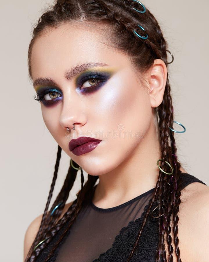 Młoda dziewczyna z jaskrawy kreatywnie makijażem i warkocze na ona kierownicza Piękny model z olśniewającą skórą w wizerunku amaz obrazy stock