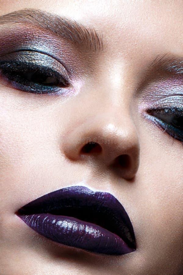 Młoda dziewczyna z kreatywnie makeup Piękny model z jaskrawymi oczami i purpurowymi wargami Olśniewająca skóra zdjęcia stock