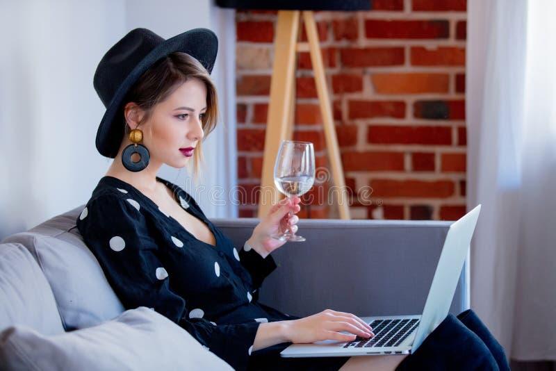 Młoda dziewczyna z laptopem robi zakupy zdjęcie stock