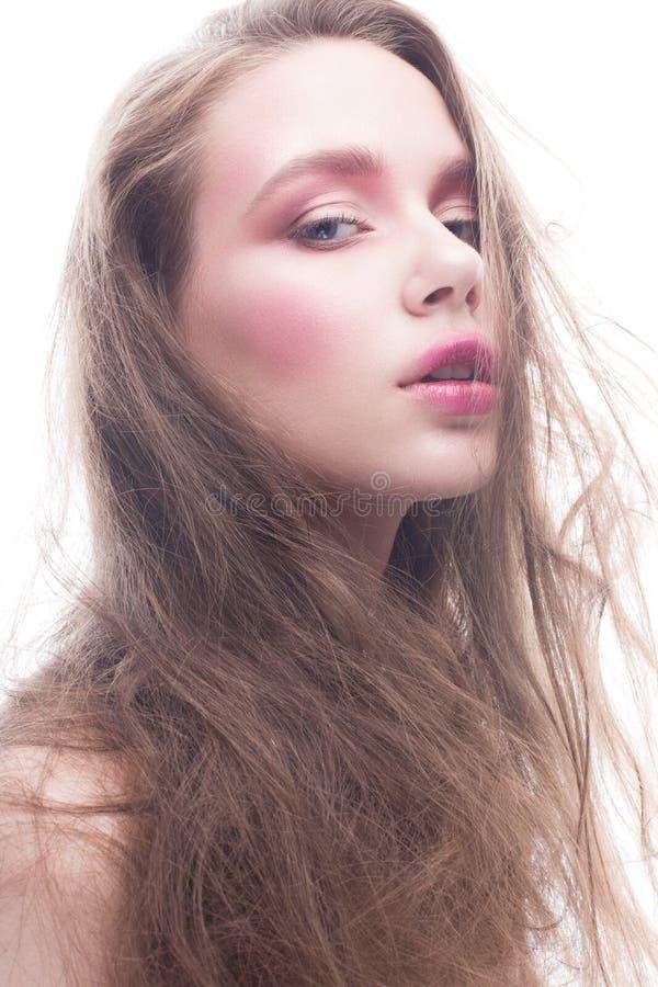 Młoda dziewczyna z luźnym długie włosy i jaskrawym kreatywnie makeup Piękny model z czerwonymi wargami i rumieniec na białym odos obrazy stock