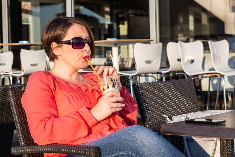 Młoda Dziewczyna Z okularów przeciwsłonecznych Pić Kawowy i Cieszyć się Pięknego słonecznego dzień Outside zdjęcie stock