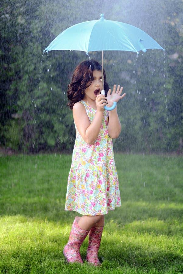 Młoda dziewczyna z parasolem w deszczu obraz stock