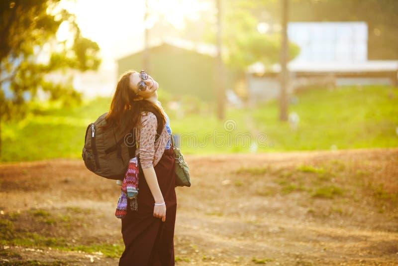 Młoda dziewczyna z plecakiem obrazy royalty free