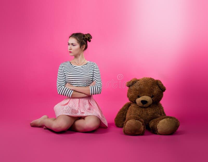 Młoda dziewczyna z pluszową zabawką zdjęcie stock