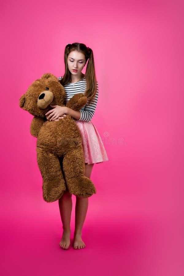 Młoda dziewczyna z pluszową zabawką zdjęcie royalty free