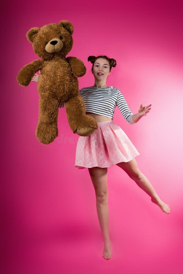 Młoda dziewczyna z pluszową zabawką zdjęcia royalty free