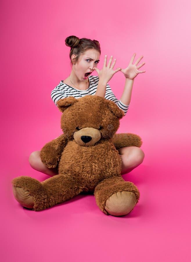 Młoda dziewczyna z pluszową zabawką obraz stock