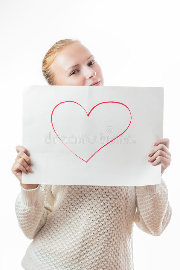Młoda dziewczyna z sercem na prześcieradle papier obraz stock