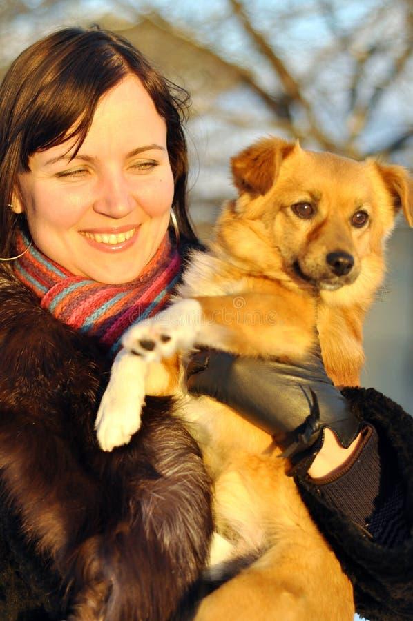 Młoda dziewczyna z szczeniakiem zdjęcie royalty free