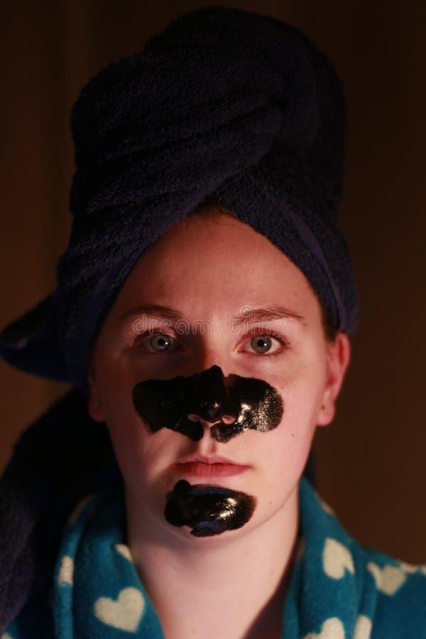 Młoda dziewczyna 20, 25 z węgiel drzewny maską na twarzy jako część piękno reżimu po brać prysznić zdjęcia royalty free