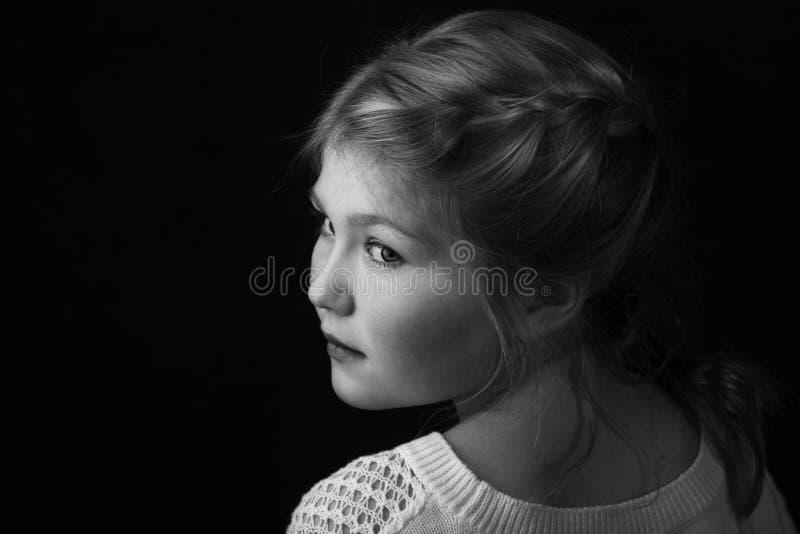 Młoda dziewczyna z warkoczem w włosy obraz stock
