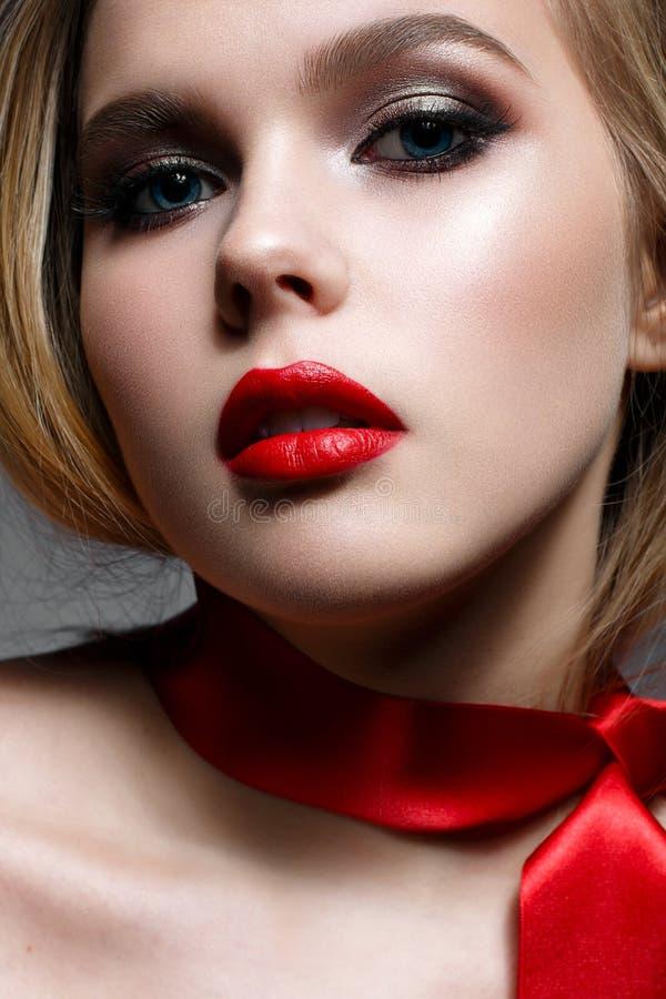 Młoda dziewczyna z wieczór czerwieni i makeup wargami Piękny model w wizerunku Świątobliwa walentynka idealna skóra zdjęcie stock