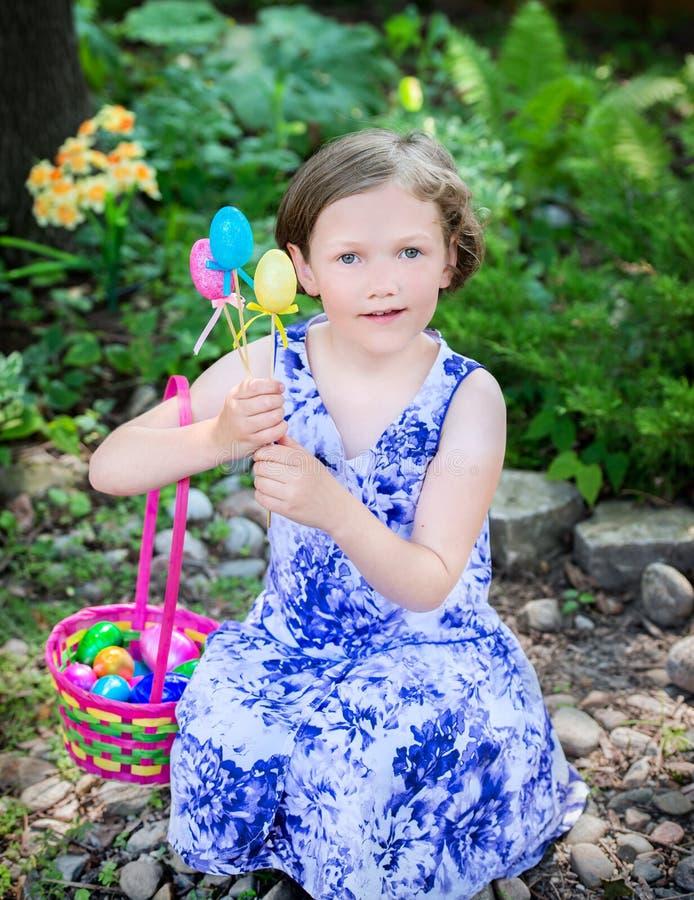 Młoda Dziewczyna z Wielkanocnymi jajkami i koszem obraz royalty free
