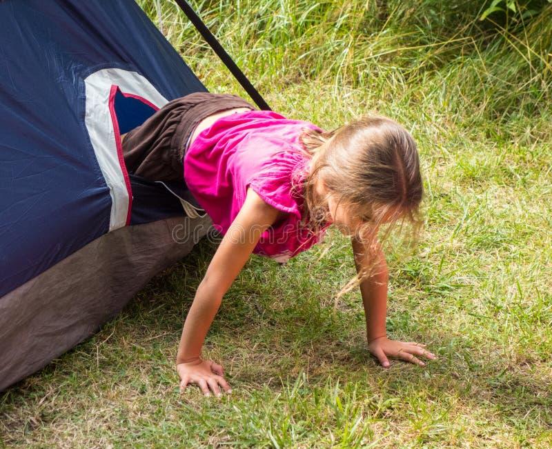 Młoda dziewczyna zadawalał z erekcją rodzinny namiot w lecie obrazy stock