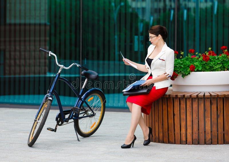 Młoda elegancka biznesowa kobieta z bicyklem fotografia stock