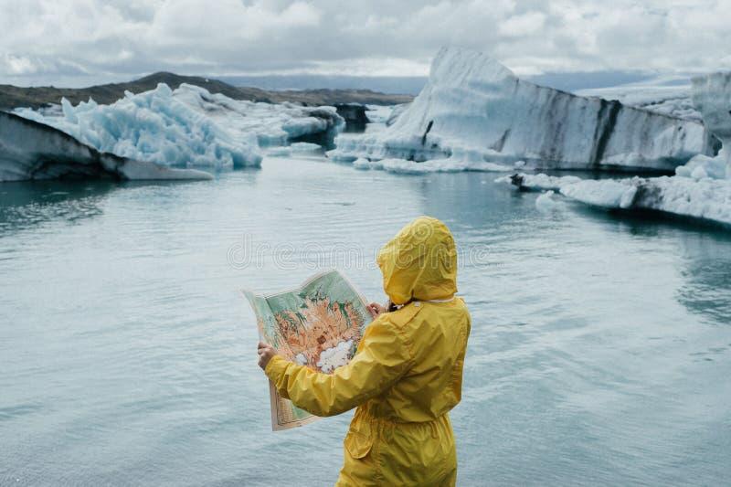Młoda elegancka para w Iceland blisko glacjalnej laguny obraz stock