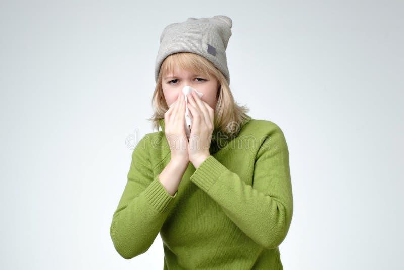 Młoda europejska blondynki kobieta dostać chorą i grypową zdjęcia stock
