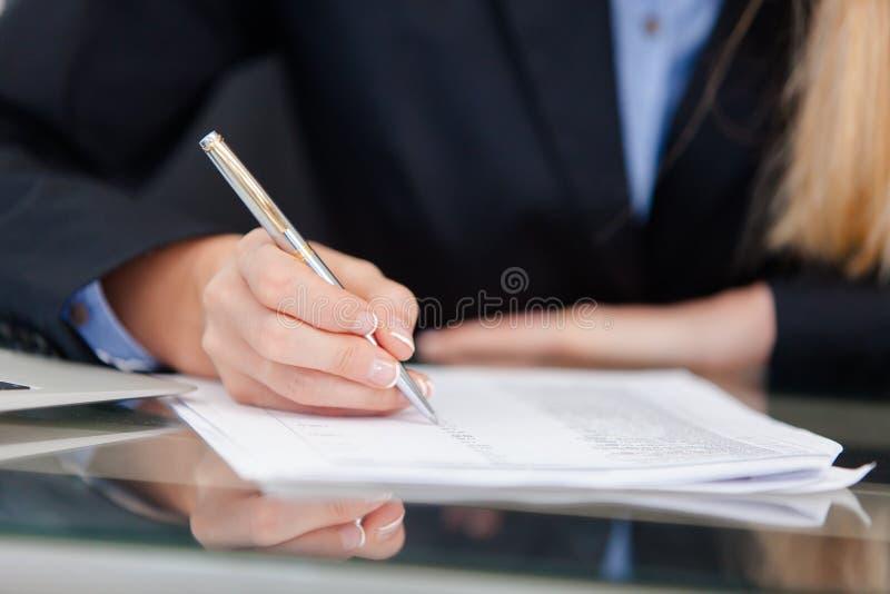 Młoda fachowa biznesowa kobieta pracuje przy biurkiem fotografia royalty free