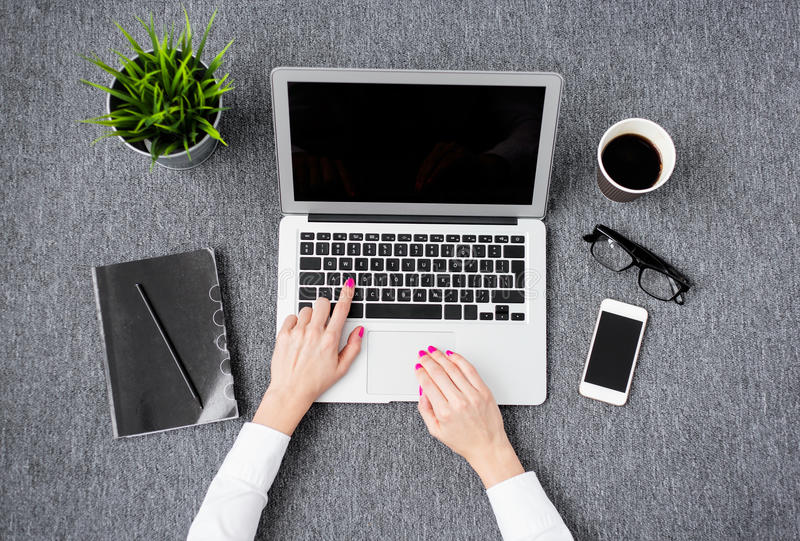 Młoda fachowa kobieta pracuje z komputerem zdjęcie stock