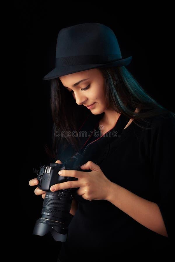 Młoda fotograf dziewczyna z cyfrową kamerą zdjęcia stock