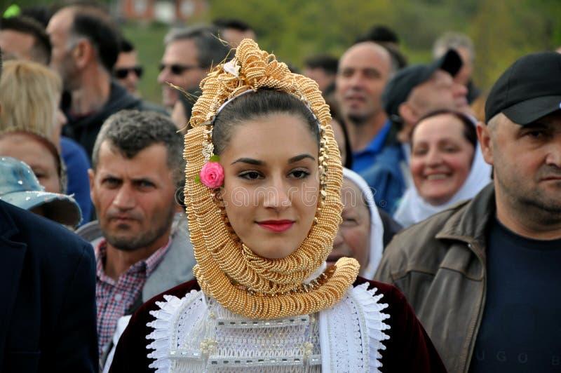 Młoda gorani dziewczyna w tradycyjnym kostiumu obrazy royalty free