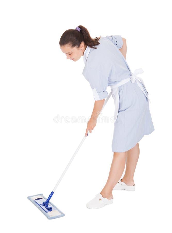 Młoda gosposi Cleaning podłoga Z kwaczem fotografia royalty free