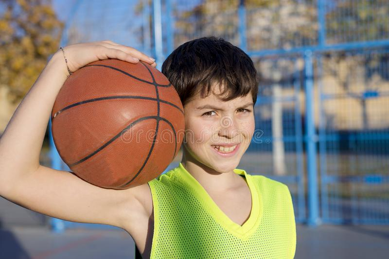 Młoda gracz koszykówki pozycja na sądzie jest ubranym kolor żółtego s obrazy stock