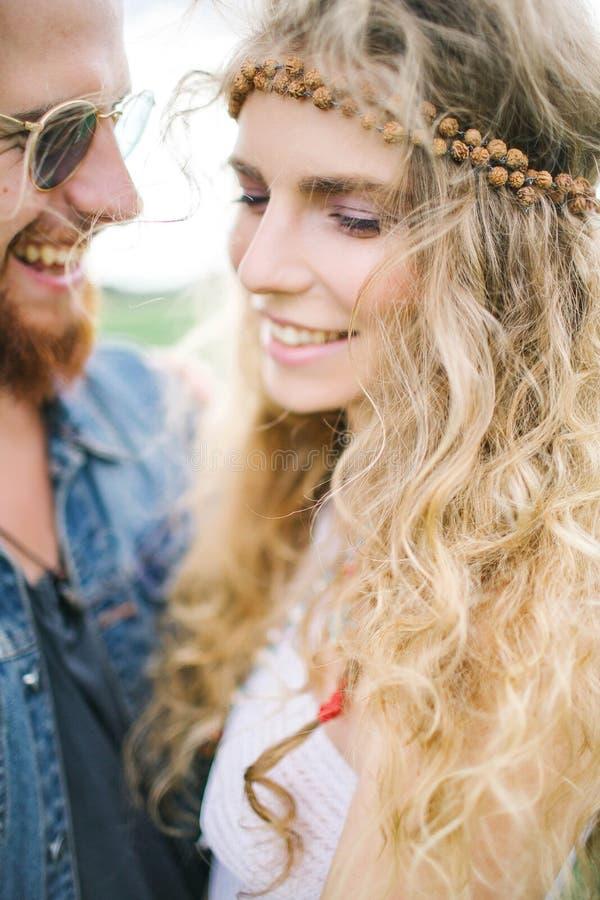 Młoda hipis samiec ściska kędzierzawej kobiety outdoors z brodą fotografia stock