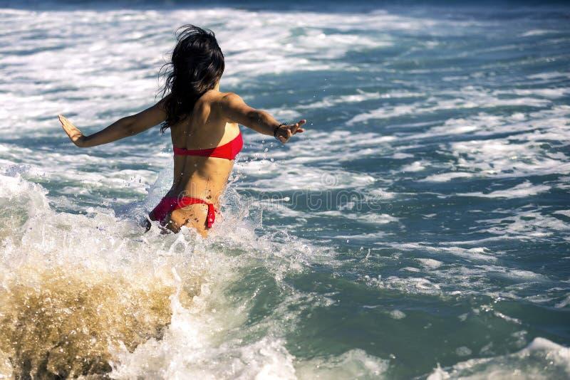 Młoda i atrakcyjna kobieta pływa w dużych fala fotografia stock