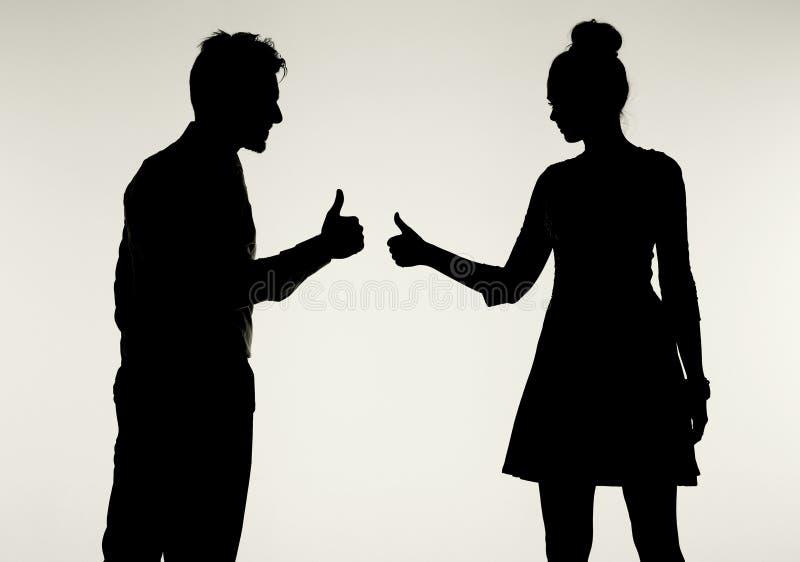 Młoda i pokojowa para pokazuje OK gest zdjęcia royalty free
