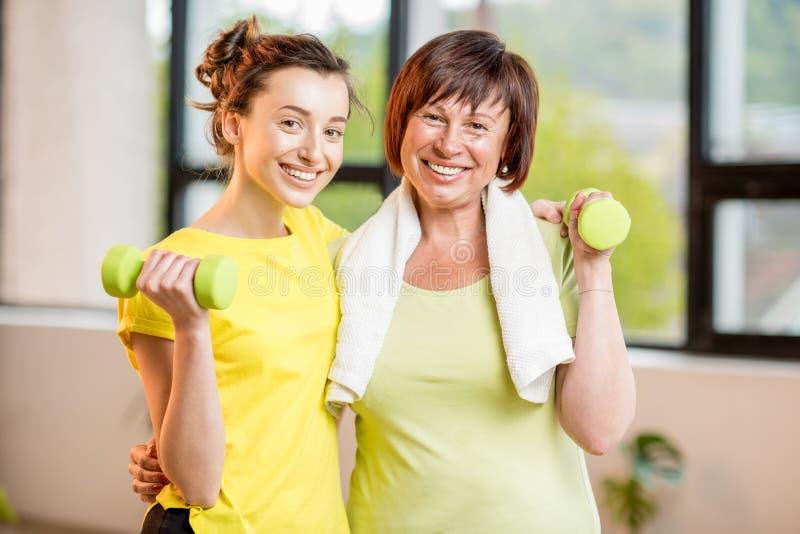 Młoda i stara kobieta ćwiczy indoors zdjęcia stock