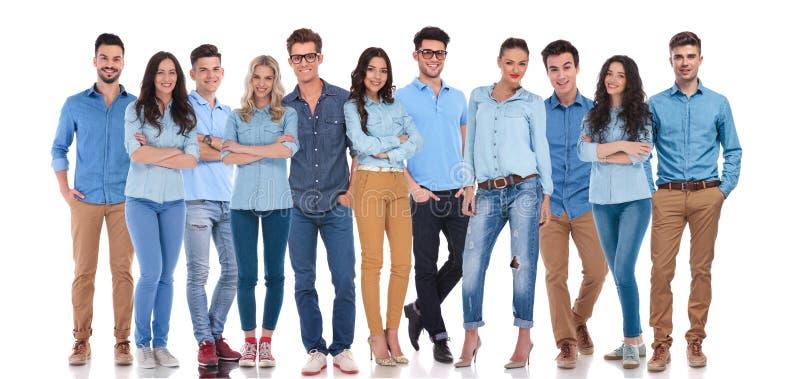 Młoda i szczęśliwa grupa ludzi ubierający przypadkowy obraz stock