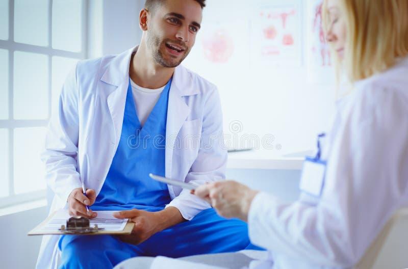 Młoda i ufna lekarka portreta pozycja w medycznym biurze obraz royalty free