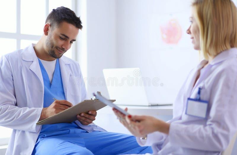 Młoda i ufna lekarka portreta pozycja w medycznym biurze zdjęcie royalty free