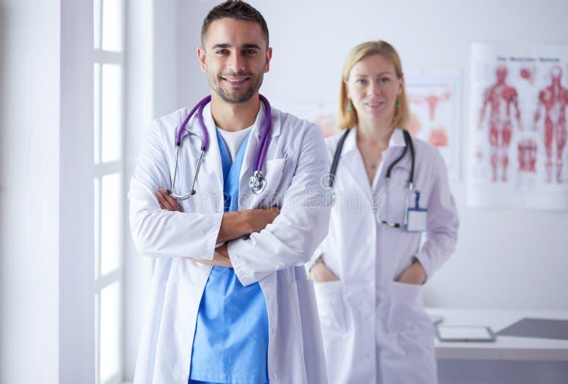 Młoda i ufna lekarka portreta pozycja w medycznym biurze fotografia stock
