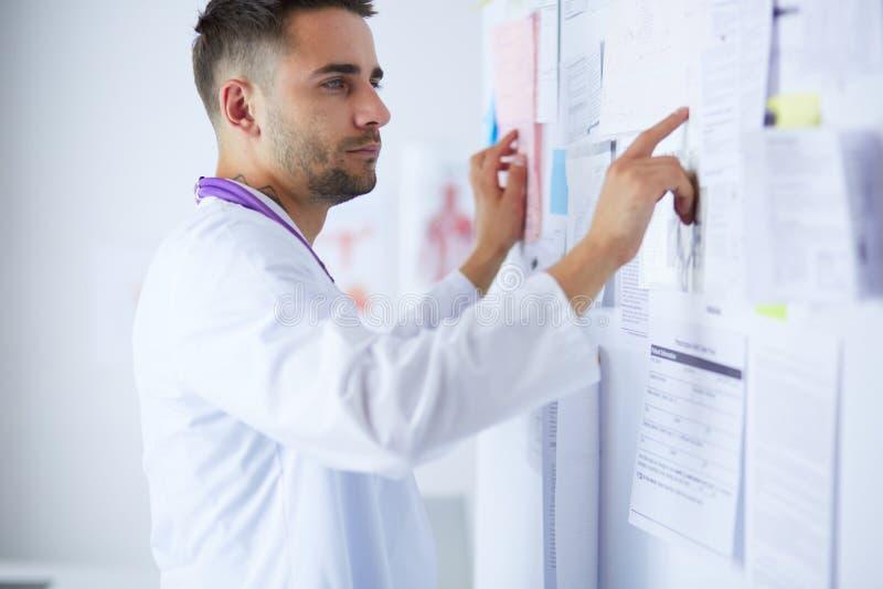 Młoda i ufna samiec lekarki portreta pozycja w medycznym biurze fotografia royalty free