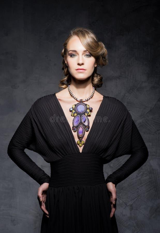 Młoda i wspaniała kobieta nad ciemnym dramatycznym tłem z kawalerem obrazy royalty free