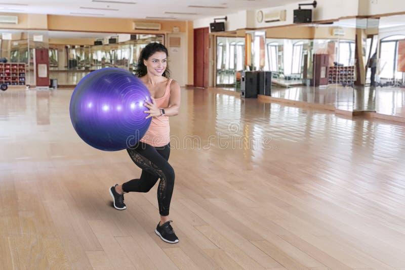 Młoda Indiańska kobieta ćwiczy z joga piłką obrazy stock