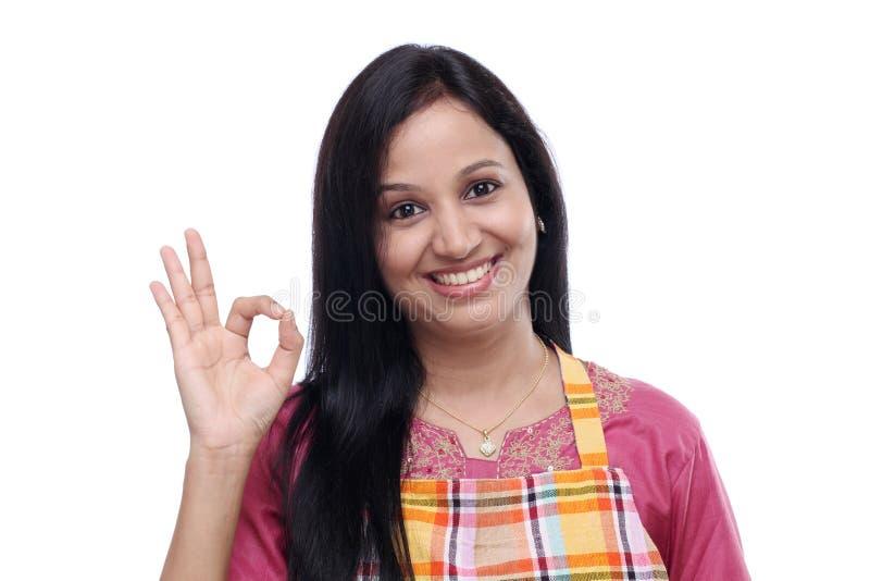 Młoda Indiańska kobieta jest ubranym kuchennego fartucha zdjęcie royalty free
