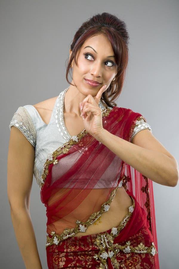 Download Młoda Indiańska Kobieta Patrzeje Z Ukosa I Główkowanie Zdjęcie Stock - Obraz złożonej z kontemplacja, kobieta: 41951834