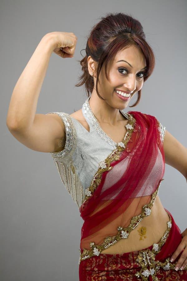 Download Młoda Indiańska Kobieta Pokazuje Daleko Jej Mięsień Obraz Stock - Obraz złożonej z piękny, widok: 41951779