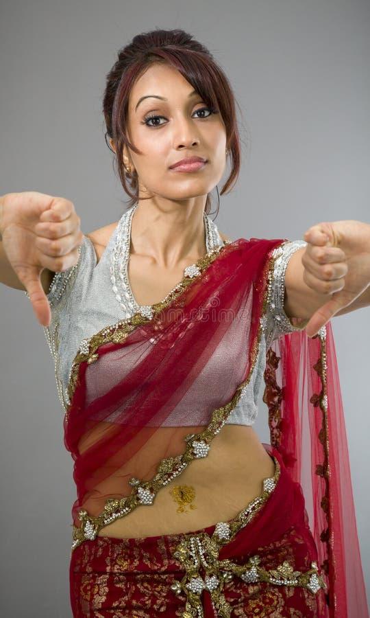 Download Młoda Indiańska Kobieta Pokazuje Kciuki Zestrzela Znaka Od Oba Ręk Zdjęcie Stock - Obraz złożonej z przód, zły: 41951796
