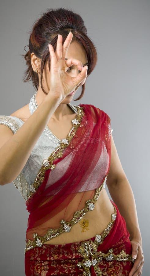 Download Młoda Indiańska Kobieta Pokazuje OK Znaka Obraz Stock - Obraz złożonej z znak, kultura: 41951793