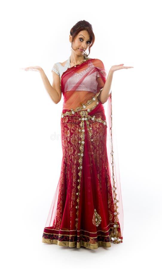 Download Młoda Indiańska Kobieta Pokazuje Produkt Z Otwartą Ręki Palmą Zdjęcie Stock - Obraz złożonej z palma, widok: 41951686
