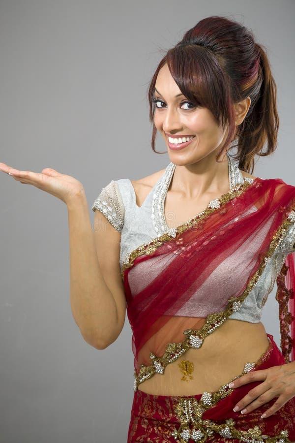 Download Młoda Indiańska Kobieta Pokazuje Produkt Z Otwartą Ręki Palmą Obraz Stock - Obraz złożonej z hairball, zawiadomienie: 41951781