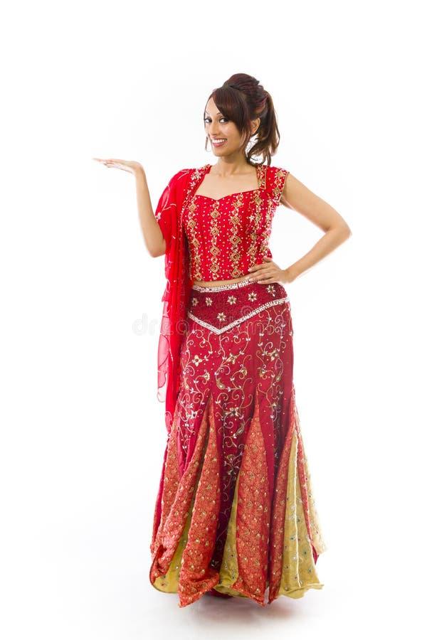 Download Młoda Indiańska Kobieta Pokazuje Produkt Z Otwartą Ręki Palmą Obraz Stock - Obraz złożonej z demonstracje, kolor: 41952331