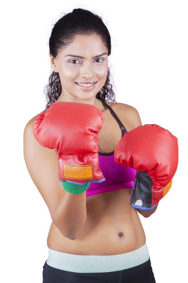 Młoda Indiańska kobieta z bokserskimi rękawiczkami fotografia stock