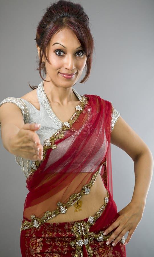 Download Młoda Indiańska Kobiety Ofiary Ręka Dla Uścisku Dłoni Zdjęcie Stock - Obraz złożonej z szczęście, przód: 41951846